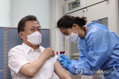 【韓国】文大統領、AZワクチンをファイザーワクチンにすり替えて接種疑惑