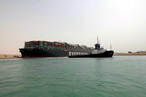 【速報】スエズ運河、座礁していたコンテナ船 離礁に成功