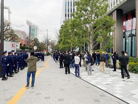 JOC前で五輪中止を叫びデモ 警察官50人出動で騒然