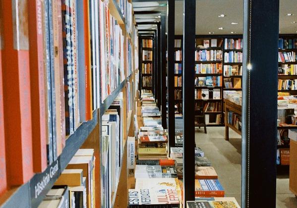 【画像】書店員さん、本屋の棚を推しのアイドルで埋め尽くしてしまうwwww