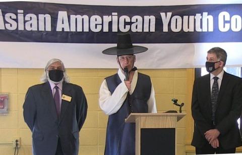 【新手】韓服姿の米NJ州テナフライ市長「韓服の日」宣言「韓服の起源は紀元前2333年、檀君が建国した古朝鮮にさかのぼる」