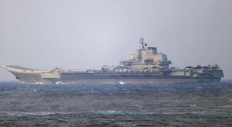 【中国】空母「遼寧」が沖縄本島付近通過 防衛省が確認