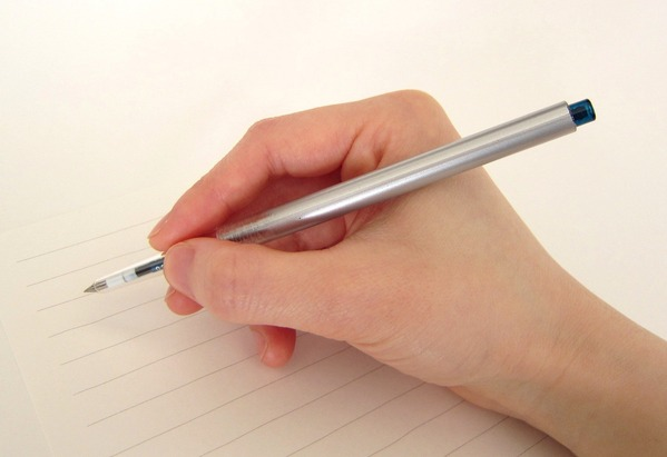 【画像】米津玄師のペンの持ち方、何かおかしくないか…???
