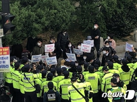 【韓国】福島汚染水放流に反対する釜山市民「日本領事館なんか閉鎖せよ」 日本領事館の前で警察と対峙