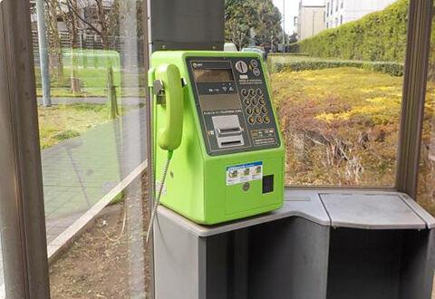 屋外の公衆電話 設置数を4分の1に削減か