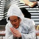 【パヨク≒朝鮮人】韓国の大学生、日本大使館前で菅首相見立てた人物に「汚染水」かけるパフォーマンス