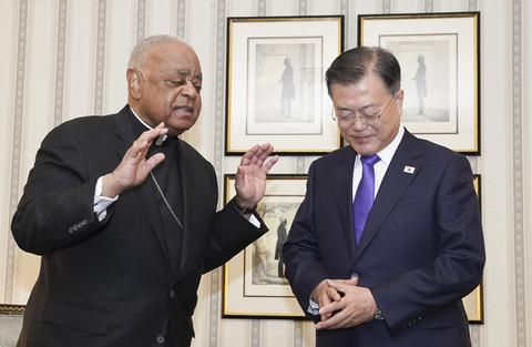 【韓国】文大統領「ローマ法王の1日も早い訪朝を望む」