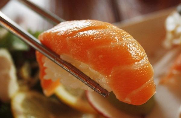 【画像】世界最大のサーモン寿司、ちょっとキモいwwwww