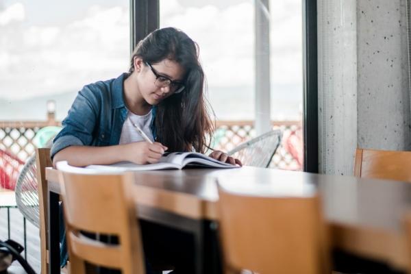 都立高入試で男女差別か!! 女子の合格点が男子より243点も高く