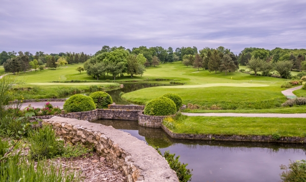 ゴルフ場でボール探していた男性が池に落ちて死亡