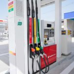 ガソリンスタンド 車の電動化で風前の灯か 10年で1万カ所近く閉鎖
