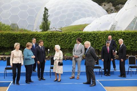 【画像】エリザベス女王とG7首脳が懇談。その際の菅総理がこちら