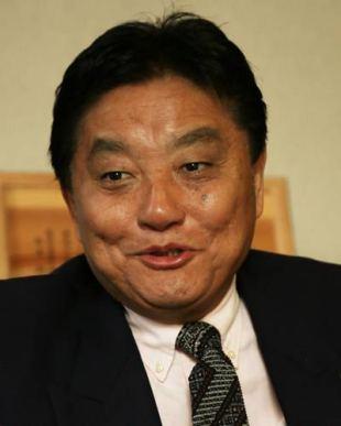名古屋市長・河村たかし 女子ソフト選手の金メダルを突然かじる
