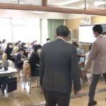 菅首相が小学校に現れる 「えー!」と驚く児童も