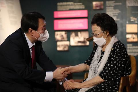 【韓国大統領候補】元慰安婦に「日本から謝罪引き出す」と約束=韓国ネット 「素晴らしい」 「リップサービス?」