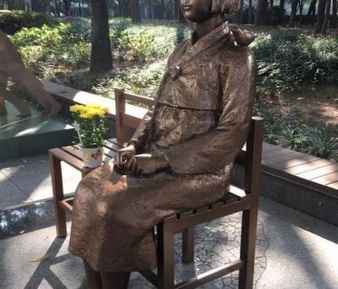 【宗教】 韓国の慰安婦像の頭をたたいた外国人男性、「意味を知らなかった」と謝罪も韓国ネットの怒りは収まらず