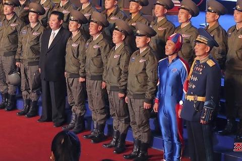 【北朝鮮】「人間大砲の弾か」…金正恩氏の横にいる「青色ボディースーツ男」が話題